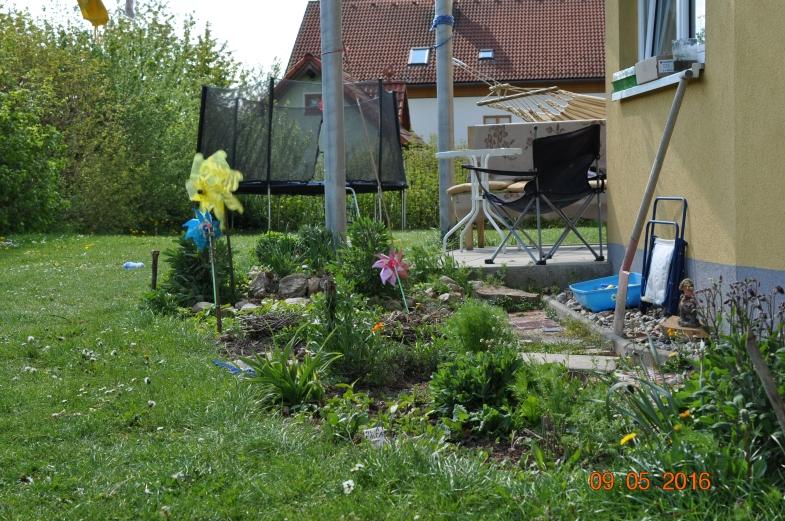 Blumen- und Kräuterbeet im Garten